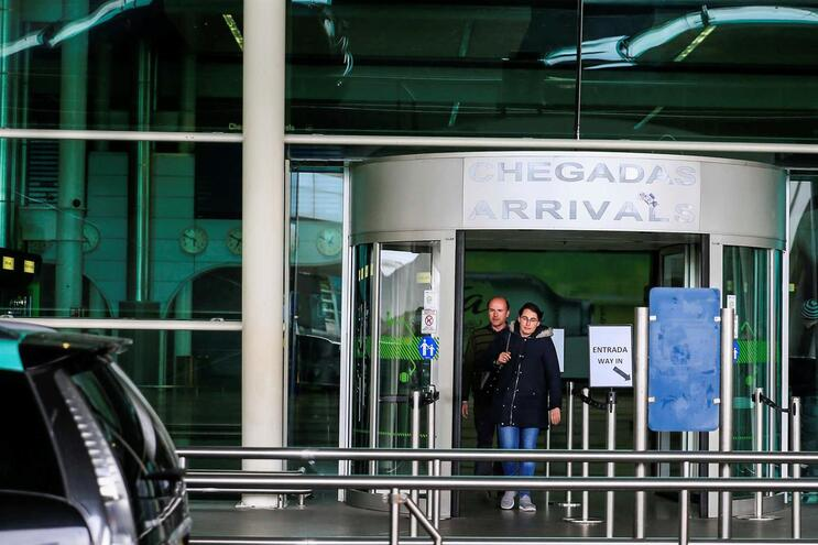 Porta das chegadas no Aeroporto Francisco Sá Carneiro, no Porto