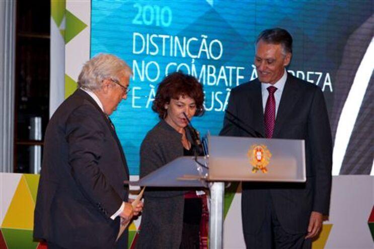 António Mota e Cavaco Silva entregam prémio à dirigente da associação ASTA