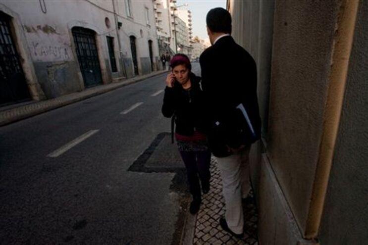 Peões são obrigados a caminhar por um passeio estreito ao longo da rua