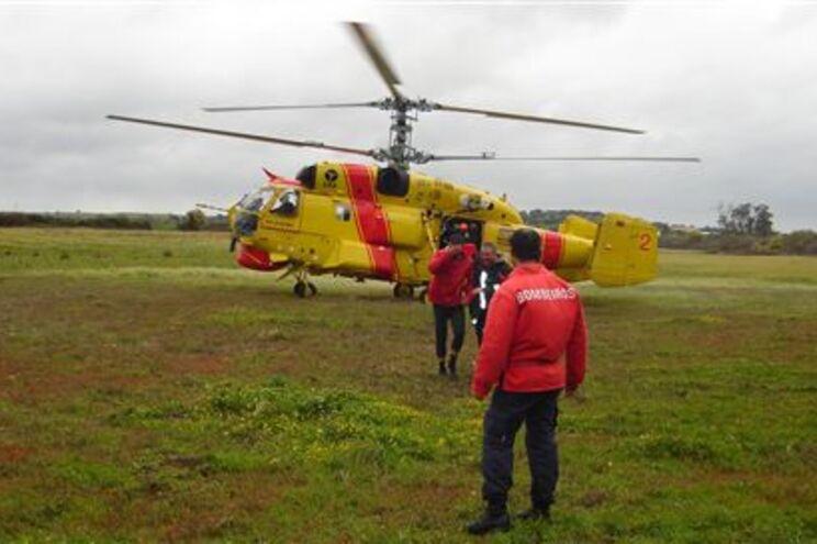 Praticante de caiaque resgatado de helicóptero