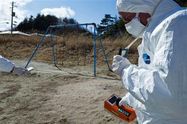 Membros da Greenpeace medem radioactividade nos arredores de Fukushima