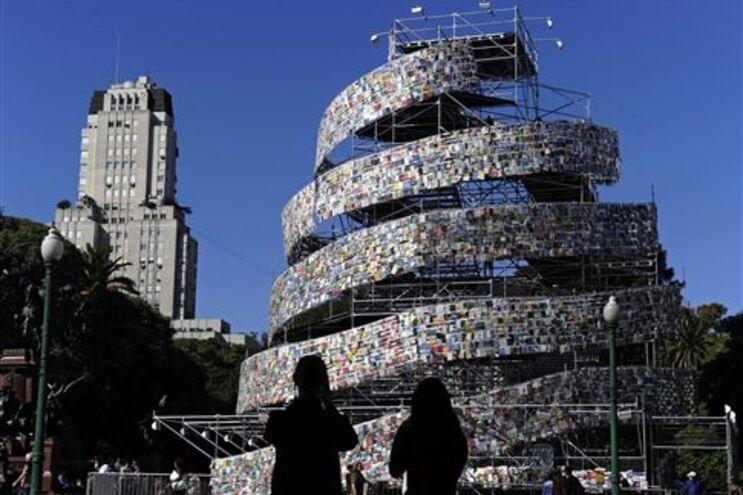 Torre erguida com 30 mil livros escritos em várias líguas