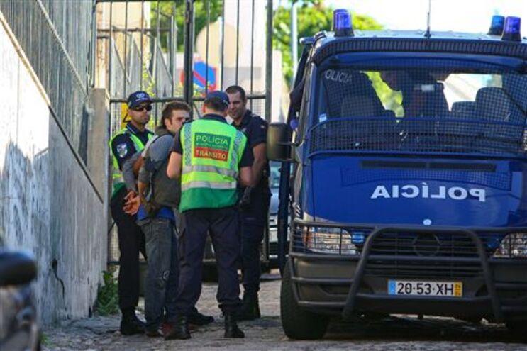 Jovens barricados na escola da Fontinha foram evacuados