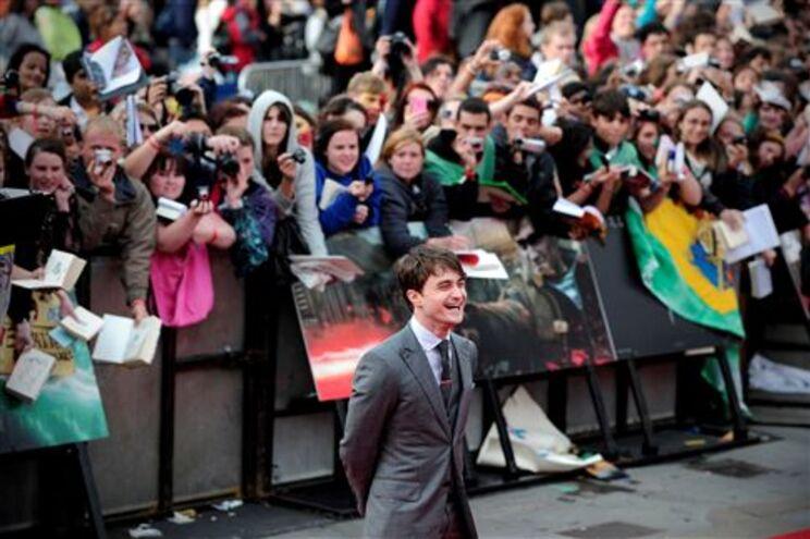 O actor Daniel Radcliffe, que encarna Harry Potter, recebeu a ovação deos fãs em Londres.
