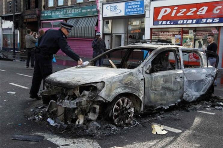 Pelo menos oito polícias feridos nos motins no norte de Londres