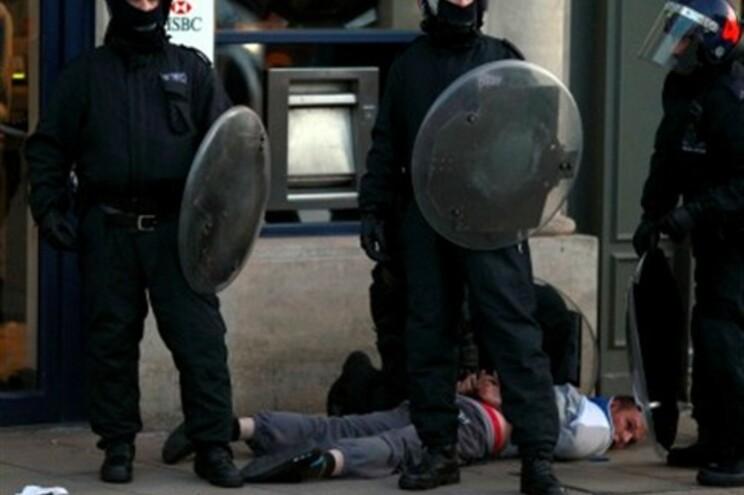 Polícia tenta evitar novos confrontos na noite londrina