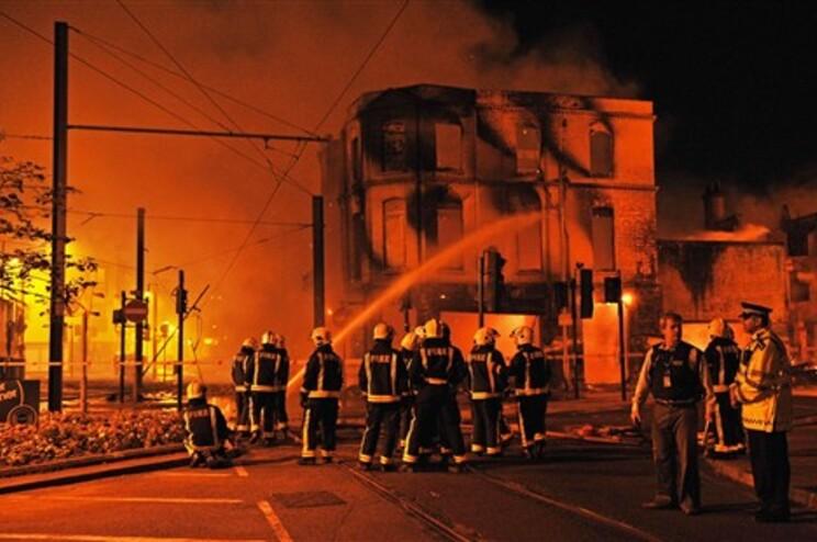 Incêndios e pilhagens pela terceira noite em Londres