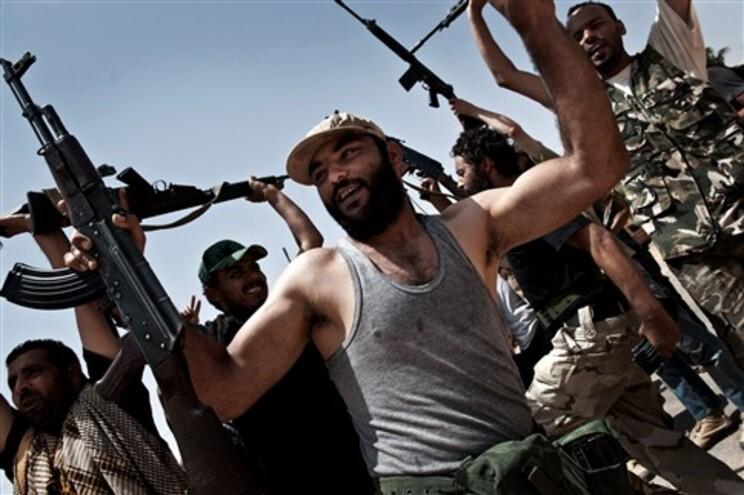 Rebeldes líbios celebram vitória sobre soldados de Kadafi