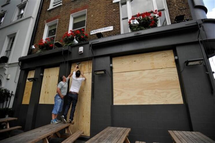 Proprietários de um pub na zona central de Londres protegem as instalações