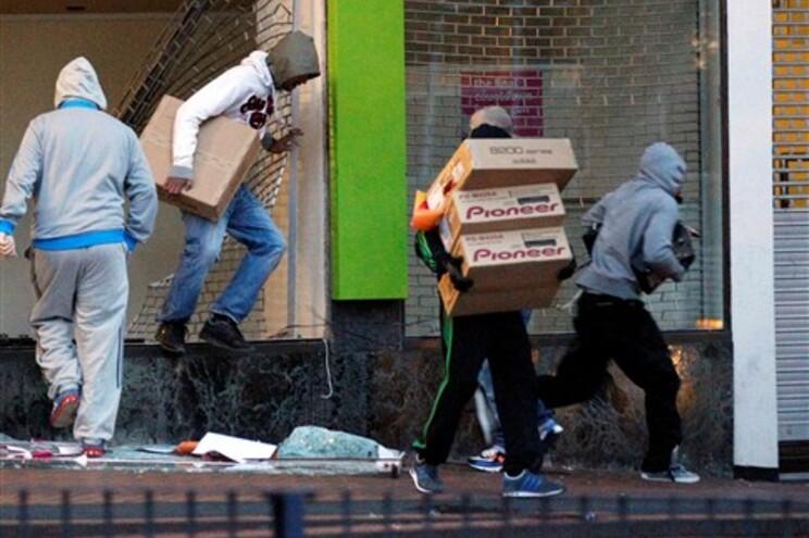 Londres blindada por 16 mil polícias à espera do pior