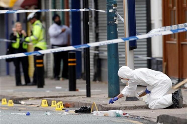 Os três homens tentavam evitar que bomba de gasolina da família fosse destruída