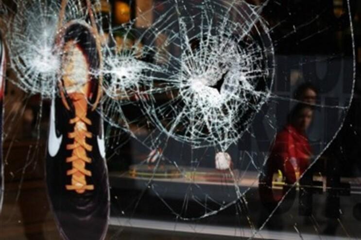 Polícia britânica já deteve 750 pessoas suspeita de terem destruído e pilhado lojas