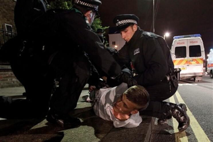 Jovem a ser detido pela polícia no sul de Londres