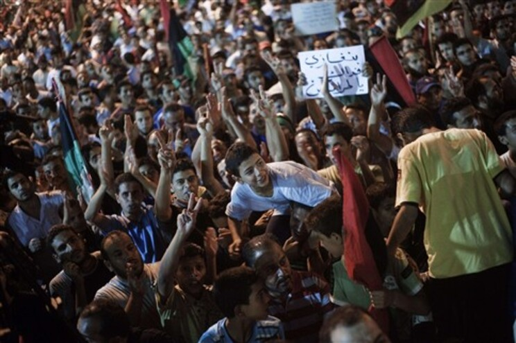 População festeja em Benghazi a chegada dos rebeldes a Trípoli
