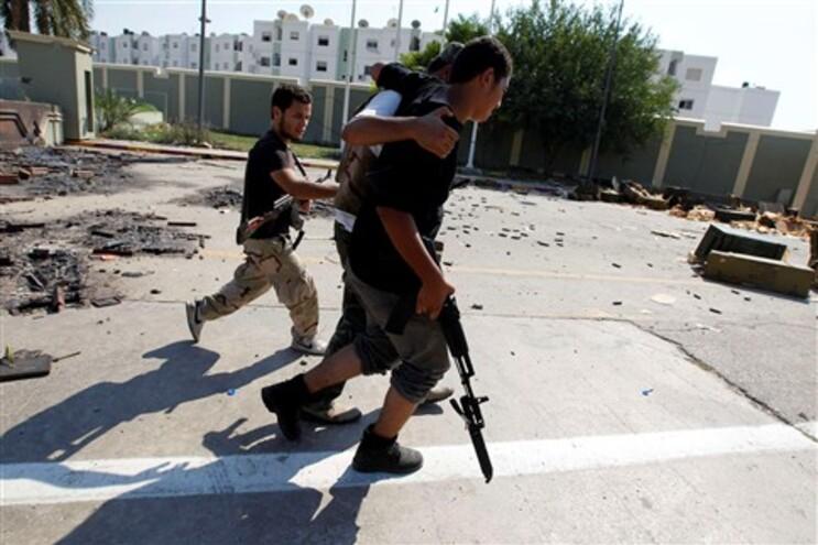 Rebeldes caçam familiares e apoiantes de Kadafi