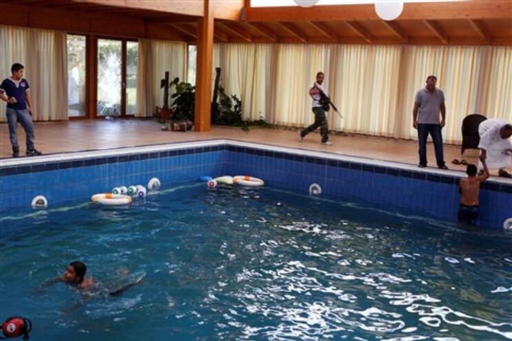 Rebeldes e familiares divertem-se na piscina interior da casa da filha de Kadafi