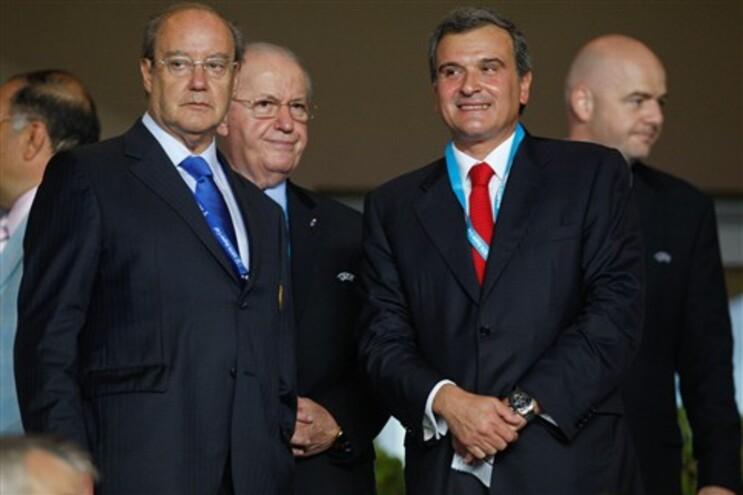 O caso das facturas do IDT foi denunciado por Miguel relvas, aqui junto a Pinto da Costa, durante a final