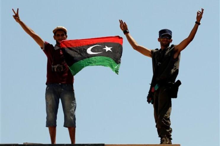 Rebeldes festejam tomada do posto fronteiriço de Ras Ajdir, com a Tunísia