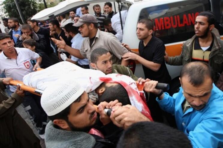 Palestinianos transportam os feridos no ataque aéreo