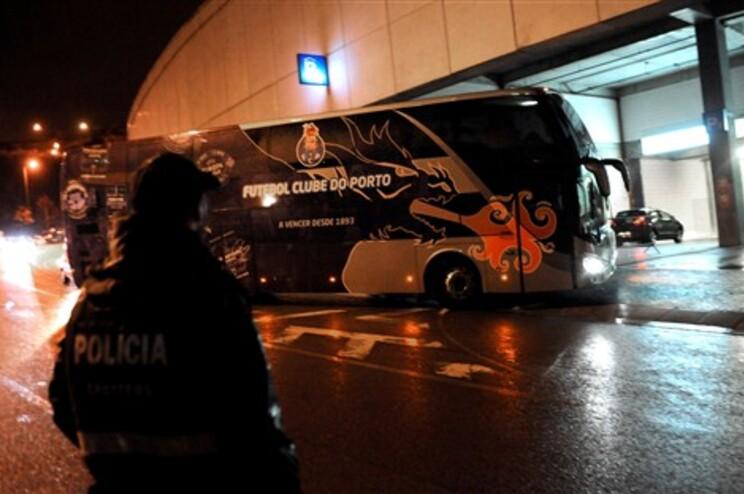 Autocarro do F.C. Porto recebido no Dragão com insultos