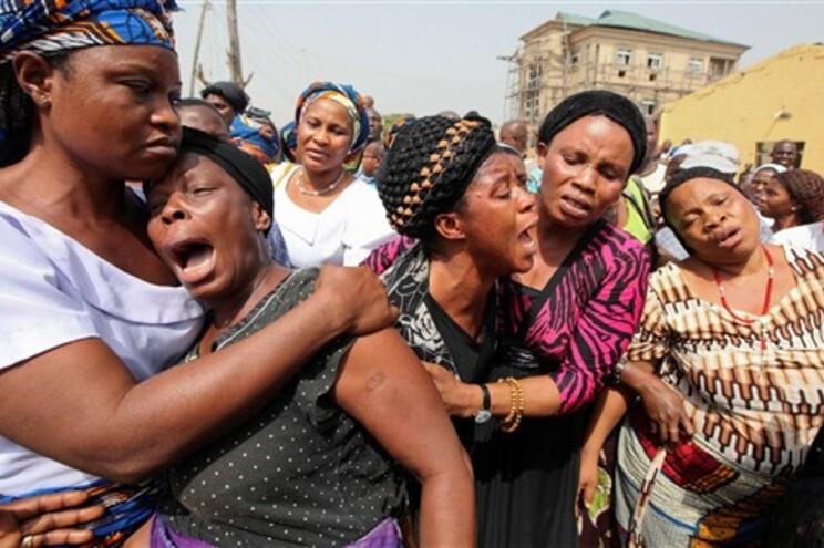 Mulheres choram entes queridos mortos numa explosão em Madalla