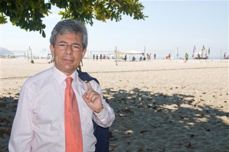 Intelectuais brasileiros querem manter Carlos Fino em Brasília