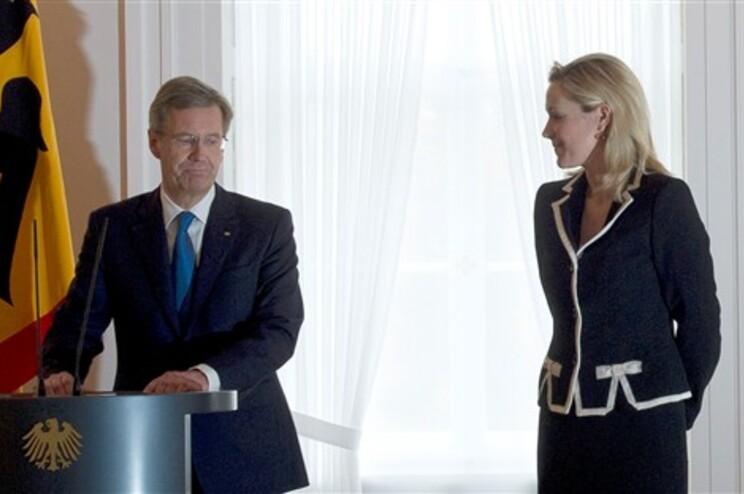 Bettina acompanhou o marido, no momento em que Wulff apresentou a demissão