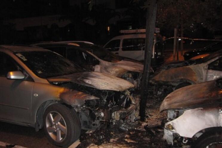 Incêndio em quatro carros a 500 metros da casa de Passos Coelho