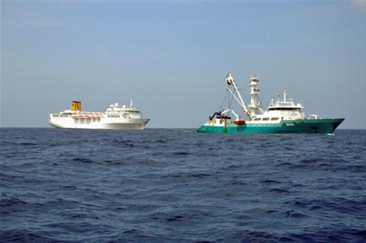 "Barco de pesca francês está a rebocar o ""Costa Allegra"" para terra"