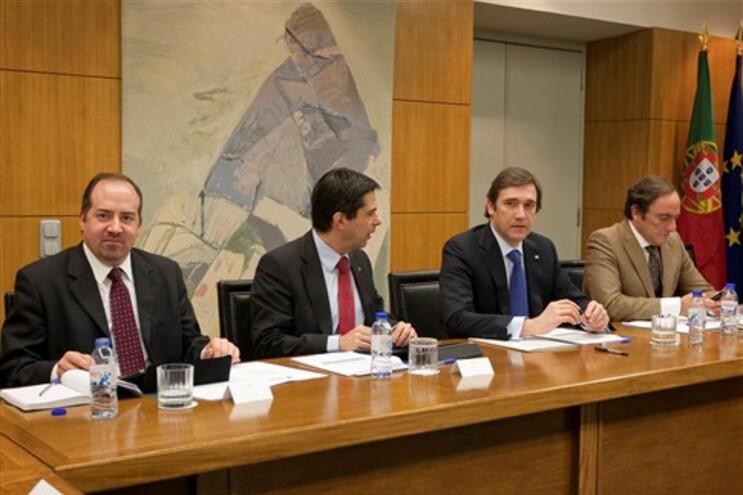Vítor Gaspar entre Álvaro Santos Pereira, ministro da Economia, e Pedro Passos Coelho, primeiro-ministro
