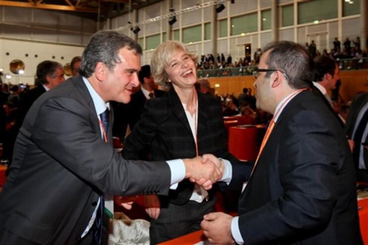 Presidente da Assembleia da República, Assunção Esteves, bem-disposta ante o cumprimento entre Miguel