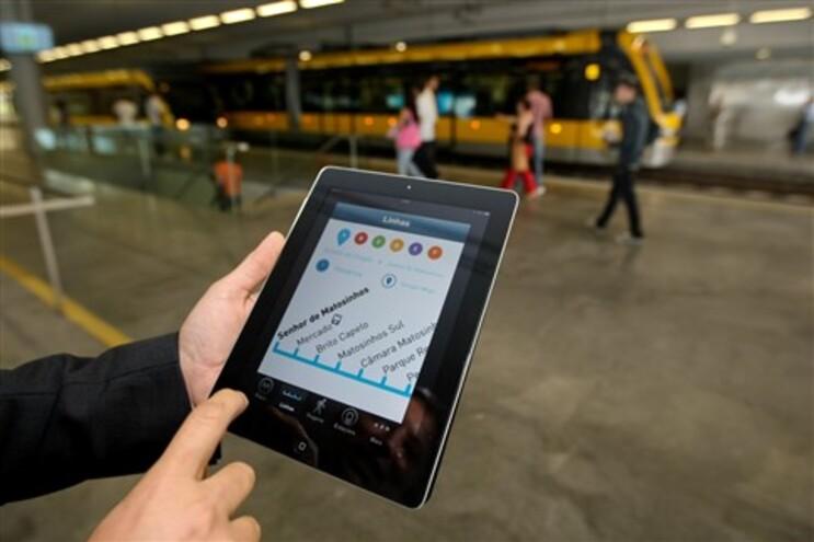 O uso de dispositivos móveis para aceder à banca online, fazer compras ou navegar na Internet é uma prática