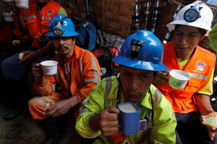 Mineiros que estão a auxiliar as operações de resgate