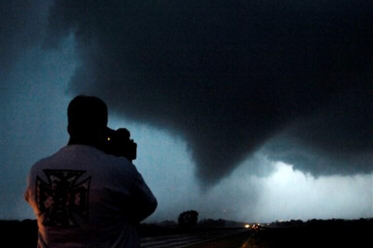 Um tornado fotografado esta madrugada perto de Moundridge, no Kansas