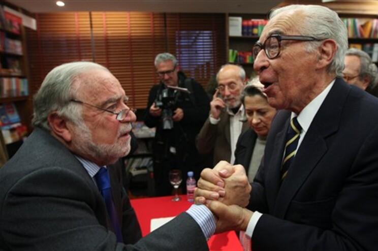 """Manuel Alegre (esquerda) e Almeida Santos na apresentação do Livro de Manuel Alegre """"Nada está escrito"""""""
