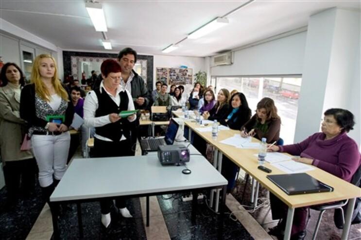 Há centenas de contratados nos centros das escolas públicas