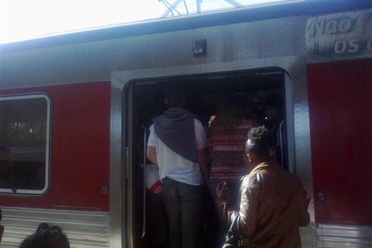 """Utentes viajam """"como sardinhas em lata"""" quando aparece um comboio"""