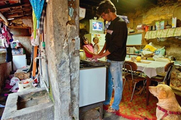 Dificuldades económicas dos portugueses estão a levá-los a prescindir de bens essenciais