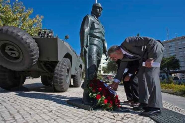Coronel Pereira Cracel deposita uma coroa de flores junto da estátua a Salgueiro Maia, em Santarém