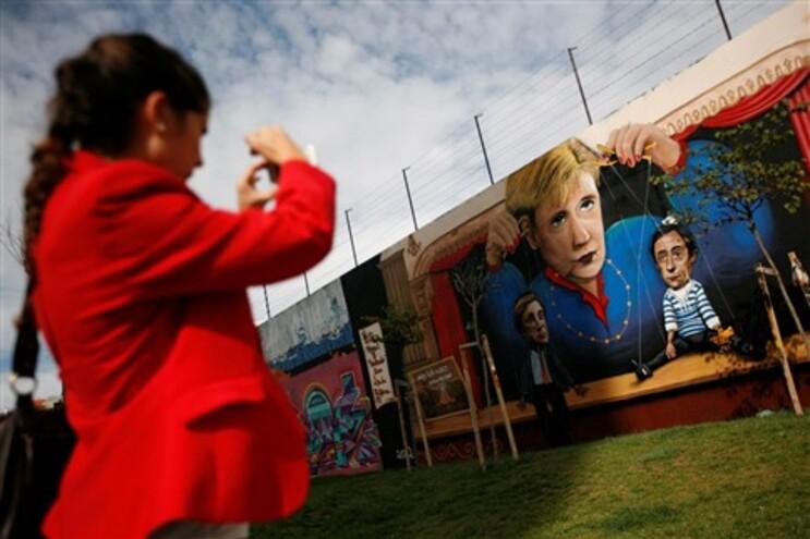 Mural de Passos e Portas como marionetas de Merkel, em Lisboa