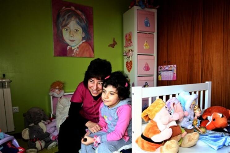 Ana Pinto Monteiro, de seis anos, vive com um cateter e um shunt. E sempre risonha