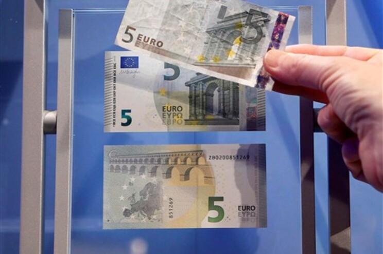 No foto, a nova nota de cinco euros comparada com a atual