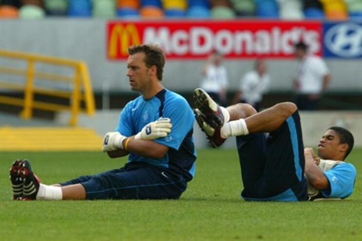 Westerveld, à esquerda, num treino da seleção da Holanda durante o Euro2004