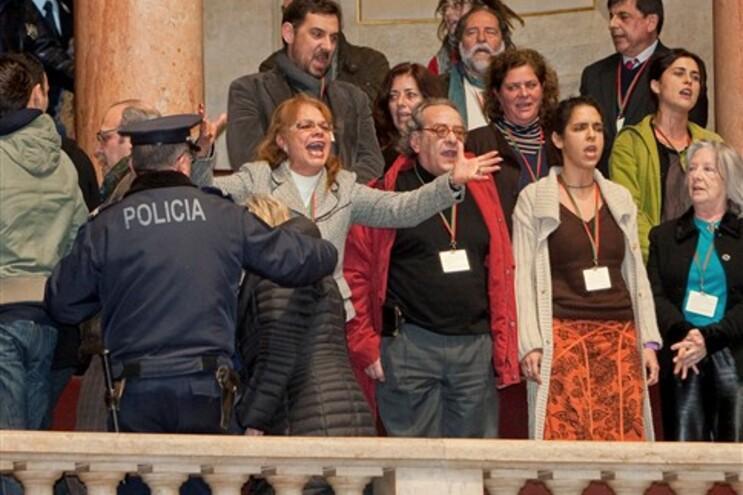 """Cidadãos cantaram """"Grândola Vila Morena"""" nas galerias do Parlamento"""