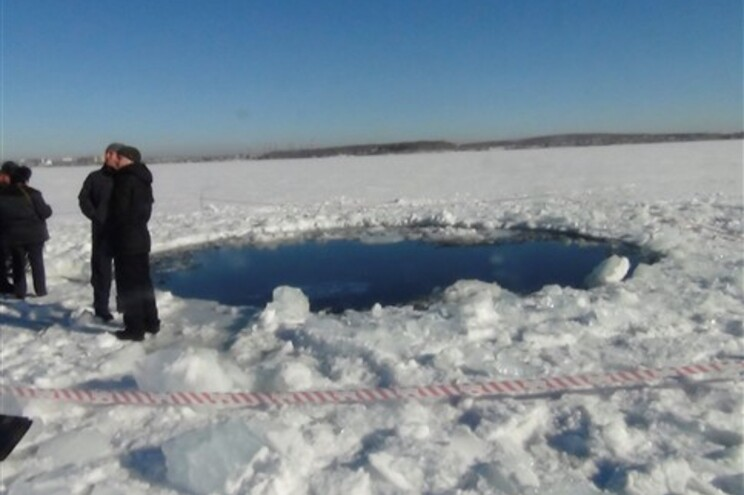 Autoridades da região de Tchéliabinsk divulgaram imagem do local onde o meteorito terá caído