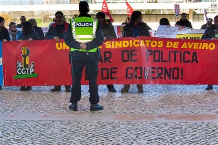 Cordão policial junto de manifestantes em Aveiro, onde Passos esteve esta segunda-feira