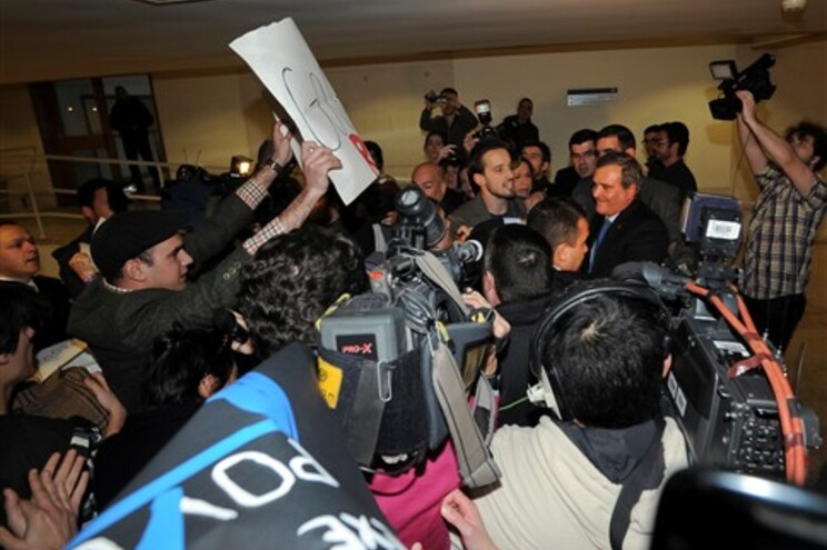 Miguel Relvas, ministro-adjunto e dos Assuntos Parlamentares foi obrigado a abandonar sem conseguir discursar