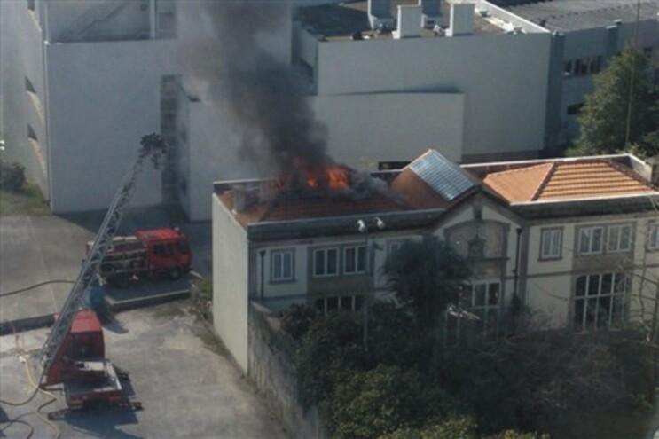 Incêndio destrói telhado do Círculo Universitário do Porto