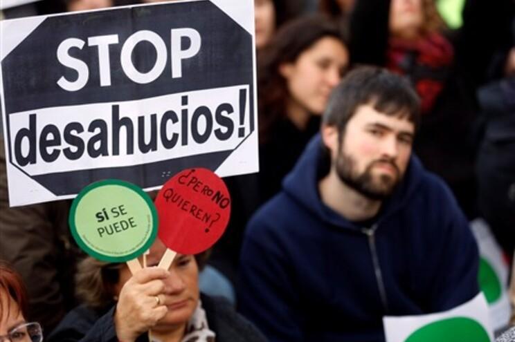 Manifestantes espanhóis multados por protestarem à porta de políticos