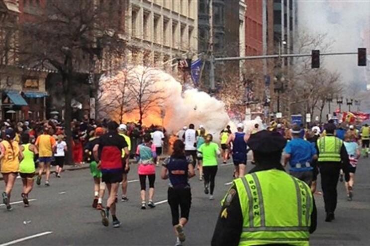 O momento da explosão junto à meta da Maratona de Boston